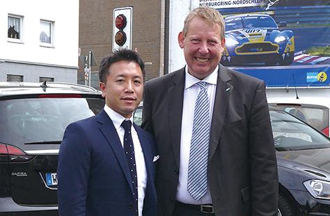 営業統括本部長ビーガホフ氏と固い握手を交わした